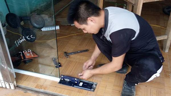 3 Cách sửa bản lề cửa kính cường lực khi bị trôi hành trình