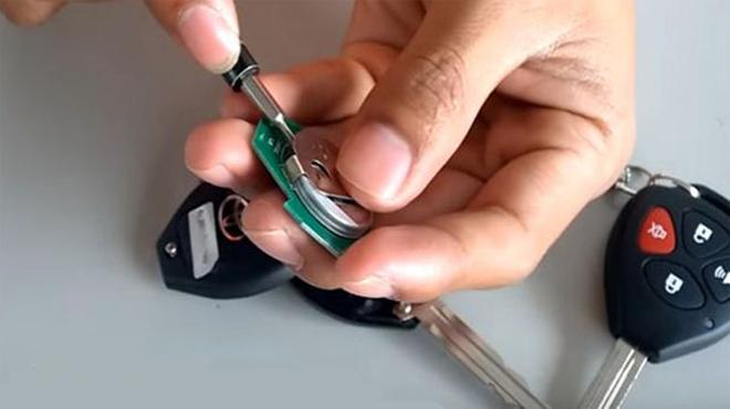 Thay pin chìa khóa ô tô tại nhà